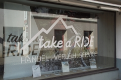 Schaufenster Beschriftung Take a ride Wolfsberg